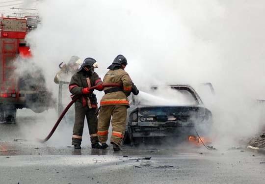 Пожар на улице Коммуны в Оренбурге: сгорел автомобиль