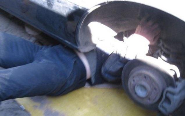 Оренбуржца придавило автомобилем во время ремонта
