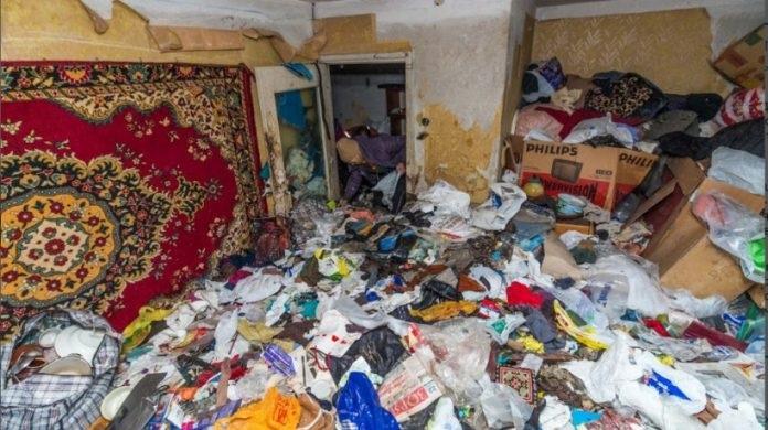 В Новотроице коммунальщики 4 суток вычищали квартиру от мусора