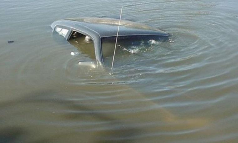 В Соль-Илецком районе автомобиль слетел в реку Илек