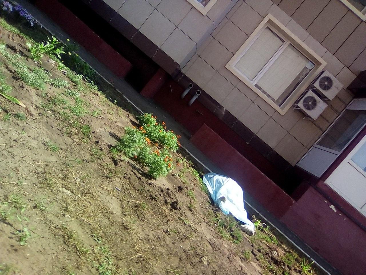 Женщина на улице Мира выпала из окна