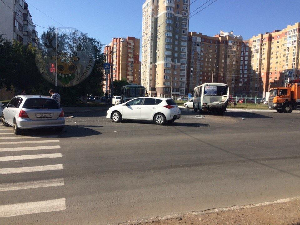 """Авария на улице Джангильдина: """"ПАЗ"""" вскрыло как банку"""