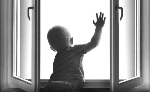 На улице 60 лет Октября пятилетний ребенок выпал из окна
