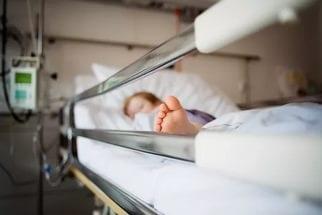 Пятилетняя девочка доставлена в больницу с пулевым ранением