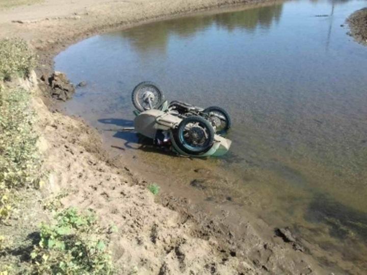 В Ташлинском районе пенсионер опрокинулся в реку на мотоцикле