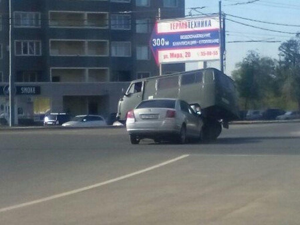 Авария на улице Мира - Тойота заехала под АУЗ