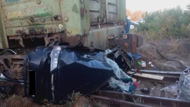 В Акбулакском районе «Дэу Нексия» въехала под товарный поезд