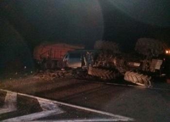 Под Оренбургом микроавтобус столкнулся с трактором: три трупа и трое пострадавших