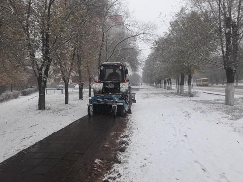 На улицы выехала снегоуборочная техника