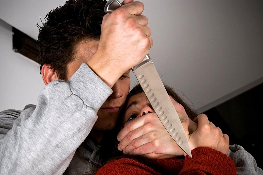 В Абдулино мужчина похитил банковскую карту приставив к шее женщины нож