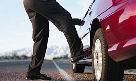 В Оренбургской области мужчина нанес повреждения автомобилю своей сожительницы