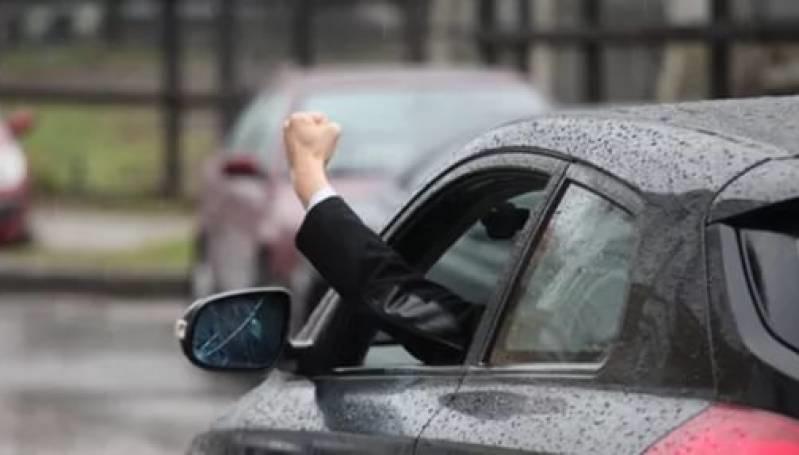 В Новоорске недовольный водитель и его пассажир избили пешехода